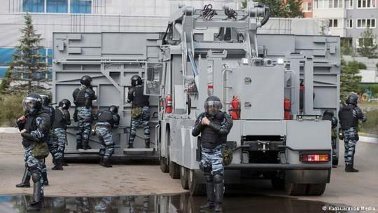 """Комплекс """"Стена"""", оснащенный фото- и видеофиксацией, средствами звукового давления, а также бойницами, предназначен для защиты сотрудников ОМОНа от """"агрессивной толпы"""""""