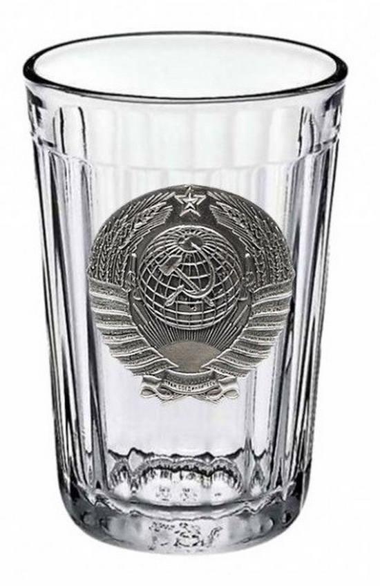 Главным отличием «мухинского» стакана от его предшественников является наличие гладкого кольца, идущего по окружности края.