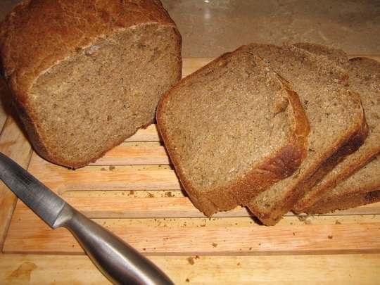 В том, что хлеб черствеет, повинен крахмал, который под действием воды и тепла меняет свое состояние.