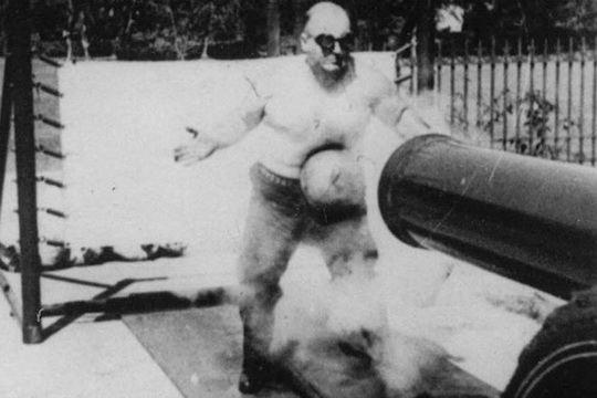 В начале 1932 года известный американский тяжелоатлет поразил полмира, выйдя на короткую дистанцию с настоящей пушкой.