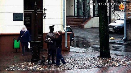 16-летнего подростка задержали за пощечину, которую он дал скульптуре городового, установленной возле Министерства внутренних дел Беларуси.