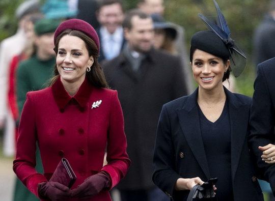 На рождественской службе в Норфолке Кейт Миддлтон и Меган Маркл, которые, по слухам, находятся в натянутых отношениях, вели себя как близкие подруги.