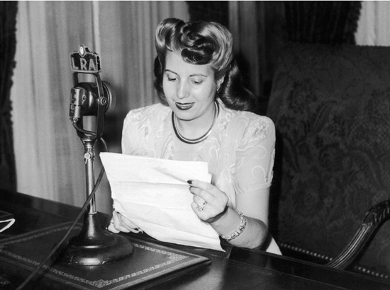 Эва Перон, уже Первая леди, а эфире аргентинского радио, 1947 год