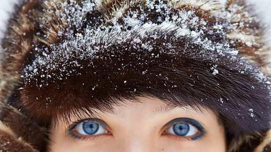 Это происходить от того, что в глазных яблоках - нет терморецепторов.