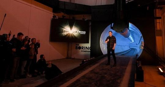 Миллиардер и предприниматель Илон Маск провел презентацию, во время которой рассказал об открытии первого скоростного подземного туннеля под Лос-Анджелесом.