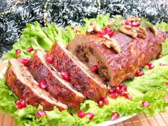 Мясной рулет по этому рецепту является универсальным блюдом на праздничный стол.