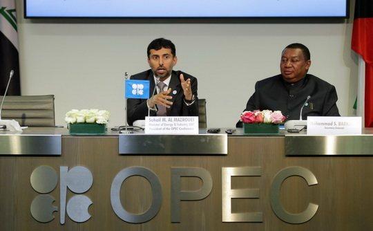 Комитет ОПЕК рекомендует министрам сократить добычу нефти на 1,3 млн барр. в сутки от уровня октября, пишут Bloomberg и WSJ.