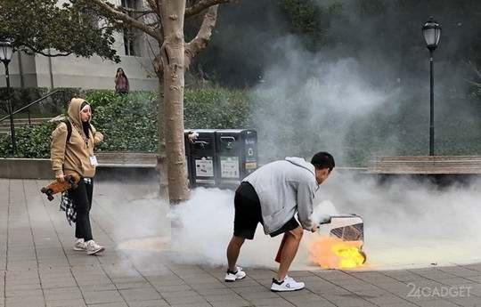 На днях в Калифорнийском университете в Беркли один из 100 автономных доставщиков KiwiBot, трудящихся на территории кампуса, эффектно воспламенился прямо в процессе выполнения заказа по доставке еды.