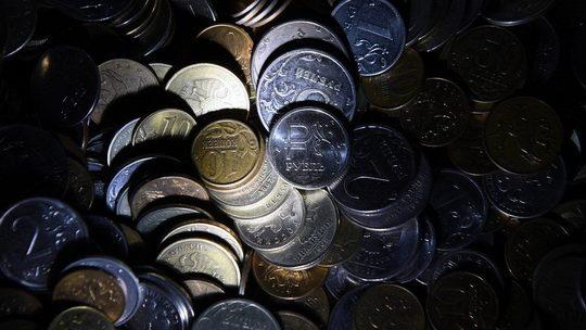 Центробанк России в пятницу объявит о возвращении к закупкам валюты для минфина после четырехмесячного моратория, связанного с обвалом рубля.