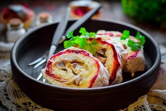 Если традиционная подача салата «Сельдь под шубой» вам уже слегка приелась, тогда самое время сделать что-то новое, но с любимым вкусом