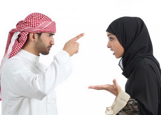 """Слово """"талак"""" в переводе с арабского означает """"развод"""", и мусульманин, сказав жене это слово трижды, может считать себя свободным, а жена должна уйти из его дома."""