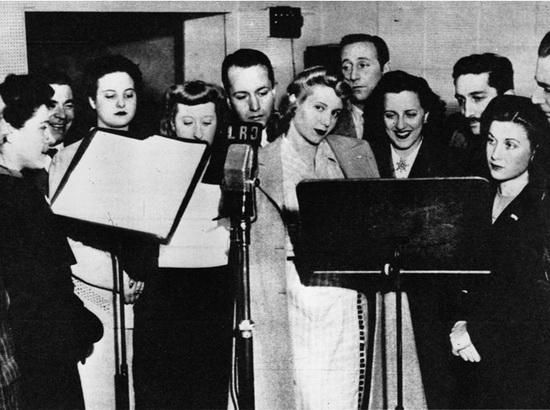 Звезда Аргенитнского радио Эва Дуарте в радиоэфире, июль 1944 года