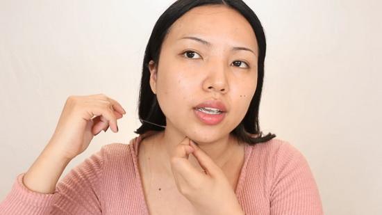 Для начала с помощью скотча девушка изменила форму челюсти и подбородка