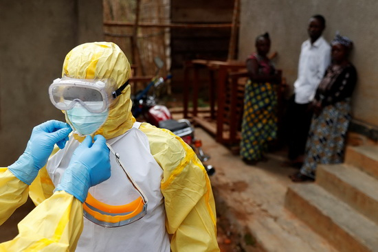 Медикам, работающим в таких центрах, приходится принимать особые меры предосторожности.