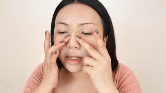 Затем намазалась кремом и как ни в чём не бывало вылепила себе новый нос из специального воска