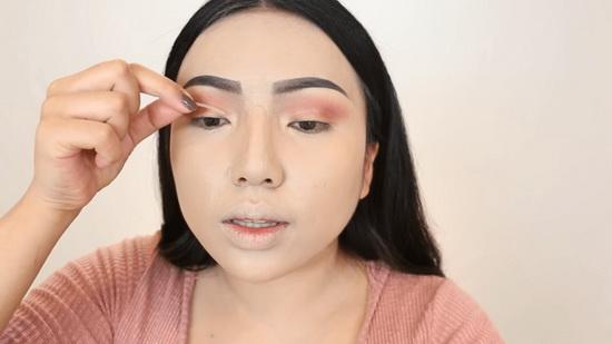 Далее кроме макияжа девушка использовала наклейки для век, чтобы сделать глаза более открытыми
