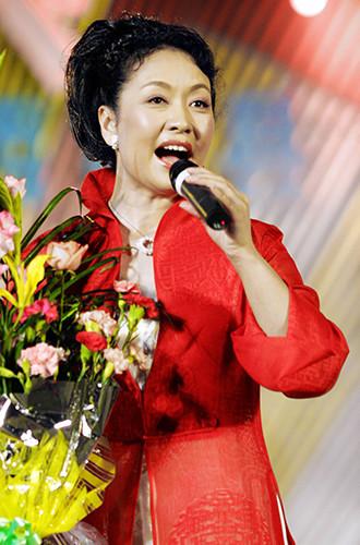 Пэн выступает в городе Наньнин, 2002 год