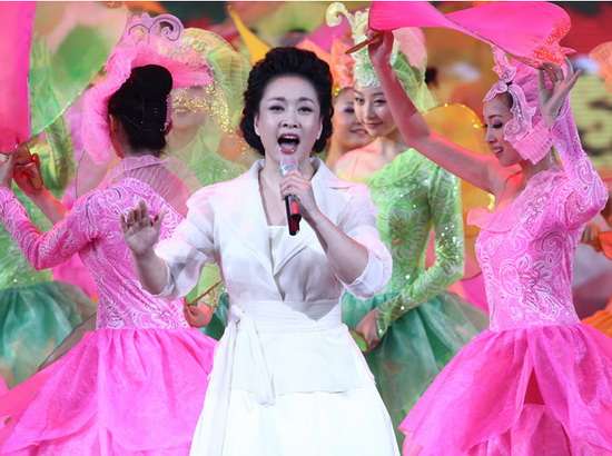 Пэн выступает на большом гала-концерте, посвященному 60-летию со дня основания КНР, 2009 год