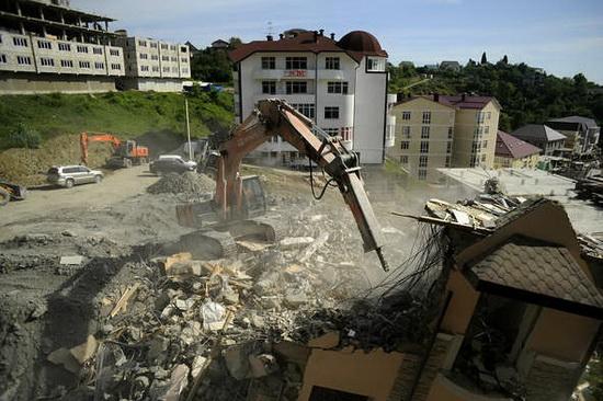 """Перед Олимпийскими играми многие дома в Сочи, рекомендованные местными властями под снос, оценивали буквально в """"копейки"""" ."""