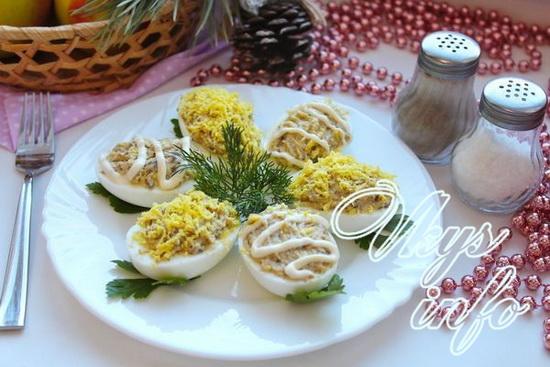 Помимо шпрот, в начинку можно добавить пассированные лук с морковью, зеленый лук, сыр и даже икру.