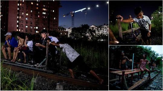 Десятки пригородных пассажиров в филиппинской столице, которая является домом для около 13 миллионов человек, ежедневно продвигаются к месту назначения так называемыми «мальчиками-вагонетками» (trolley boy)