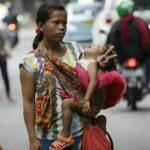 Почему в Джакарте многие бедняки работали пассажирами автомобилей?