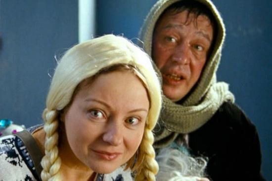 В фильме «Ирония судьбы. Продолжение» был эпизод, в котором главный герой сталкивался на лестнице с пьяными актерами, поздравлявшими детей в новогоднюю ночь в образах Деда Мороза и Снегурочки. Их роли исполнили Михаил Ефремов и Евгения Добровольская.