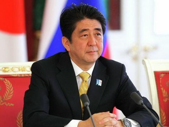 Премьер-министр Японии Синдзо Абэ считает, что заключение мирного договора с Россией возможно при получении гарантии передачи японской стороне части южных Курильских островов