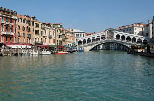 Власти Венеции готовятся к введению нового налога для туристов в размере от 2,5 до 5 евро (в зависимости от сезона) с посетителя.