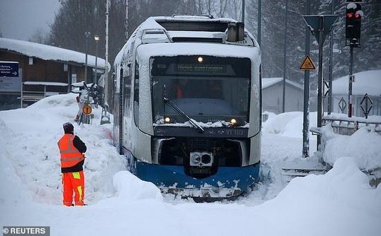 Поезд, застрявший в снегу недалеко от Мюнхена, Германия