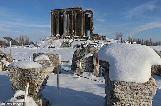 Покрытые снегом развалины древнего города Эзаной, Турция