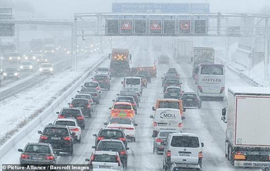 Автомобильные пробки из-за снегопадов в Баварии, Германия