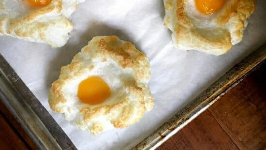 Помести в каждое углубление желток. И отправь блюдо в разогретую до 180 градусов духовку на 10–15 минут.