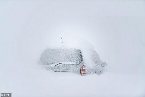 Автомобиль, застрявший в снегу на парковке в коммуне Санкт-Антон-ам-Арльберг, Австрия