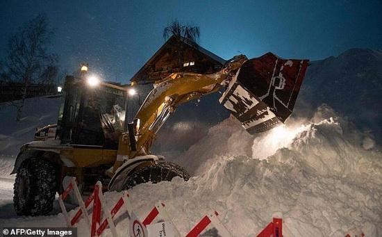 Разгребание завалов снега в районе горного массива Арльберг, Австрия