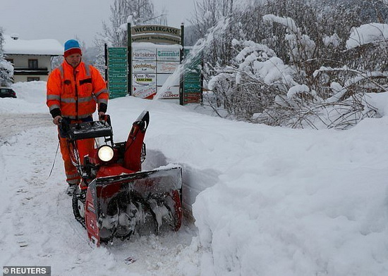 Уборка снега в городе Флахау, Австрия
