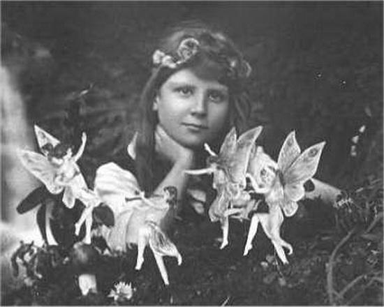 Первая и самая известная из цикла фотографий. Френсис Гриффитс в окружении фей