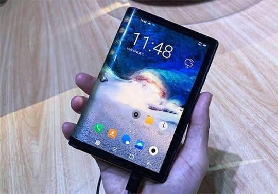 Соучредитель и президент Xiaomi Линь Бин, опубликовал в китайском сервисе микроблогов Weibo короткий рекламный видеоролик с подробным описанием складного смартфона, состоящего из двух частей.
