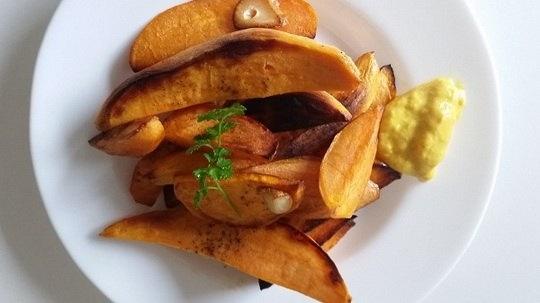 Батат — клубнеплодное растение. Его еще называют — сладкий картофель.