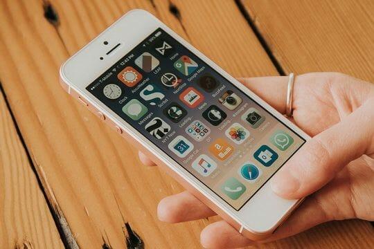 Apple неожиданно вернула в продажу свой самый маленький и доступный смартфон — iPhone SE.