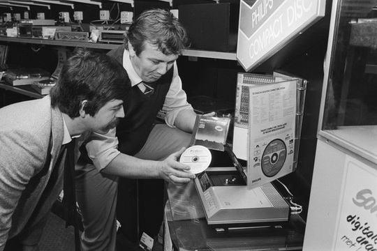 В общем доступе оптические компакт-диски появились в 1982 году, прототип увидел свет еще раньше — в 1979.