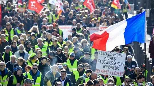 На акциях по всей Франции профсоюзы, левая партия, студенты и антиглобалисты потребовали повышение зарплат и более справедливой системы налогообложения.