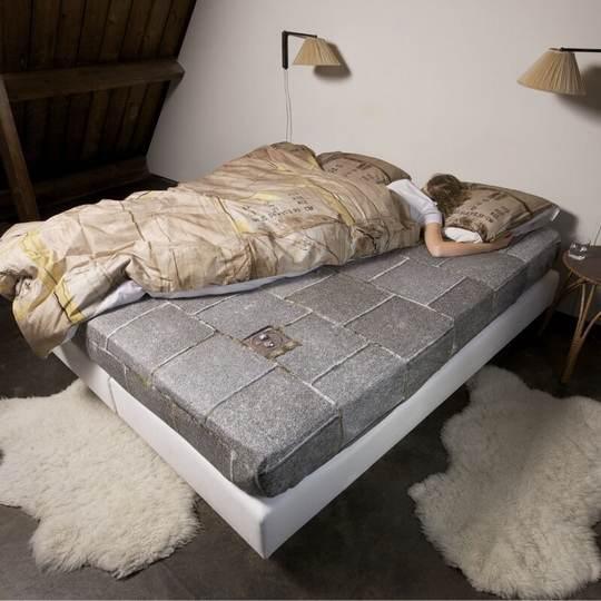 Часто так бывает – спят двое на одной кровати, но одному обязательно нужно разлечься на половину другого. Ведь во сне человек не может контролировать свои движения.