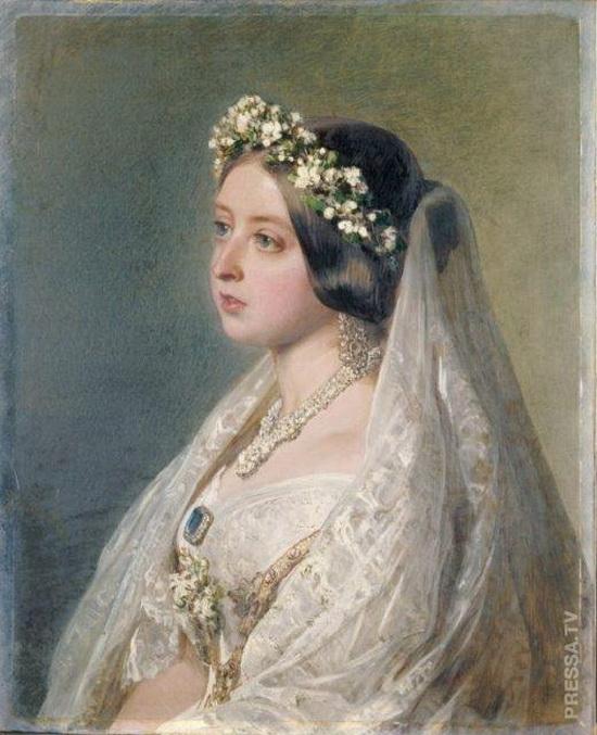 Королева Виктория в своем свадебном платье и фате 1840 года, нарисованная в 1847 году в качестве юбилейного подарка для мужа, принца Альберта.