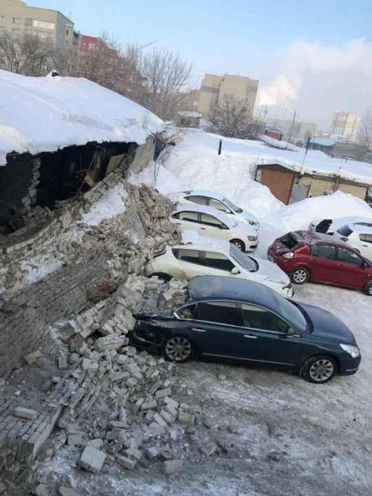 На одной из платных стоянок в Саратове произошло ЧП, на автомобили обрушилась стена кирпичного здания, в результате чего серьезно пострадали пять иномарок.