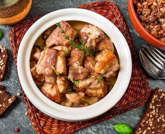 Мясо, лук и сметана. Самое простое сочетание продуктов для горячего блюда.