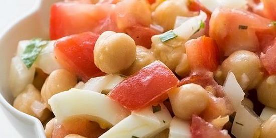 Салат с яйцами, помидорами и нутом