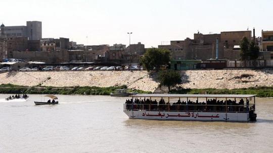 В иракском городе Мосул, на реке Тигр перевернулся и затонул паром. По предварительным данным, на нем находилось 150 пассажиров.
