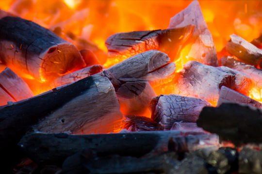 Потому что угли горят внутри, а спичка — снаружи.