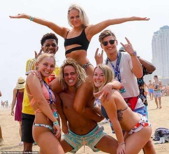 """На курорте Южного острова Падре в Техасе с «самым маленьким пляжем в мире» проживает постоянно около 5 000 человек, но на вечеринку """"Весенние каникулы"""" традиционно приезжают около 100 000 студентов колледжей."""